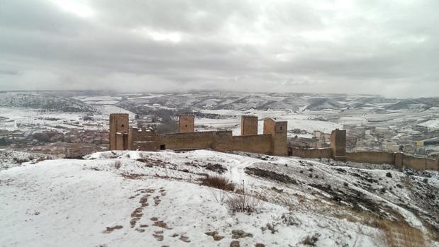 La localidad de Molina de Aragón cubierta por un manto de nieve. En primer término, el castillo