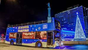 El nuevo «Naviluz» estrena sus viajes para ver las luces de Navidad de Madrid