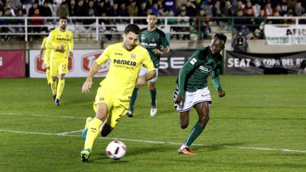 Owusu pelea por un balón con Bonera, defensa del Villarreal