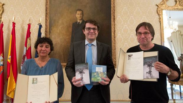El alcalde de Salamanca, Alfonso Fernández Mañueco, entrega el XX Premio de Novela y el XIX Premio de Poesía «Ciudad de Salamanca». En la imagen, los premiados Amalia Iglesias y Francisco López