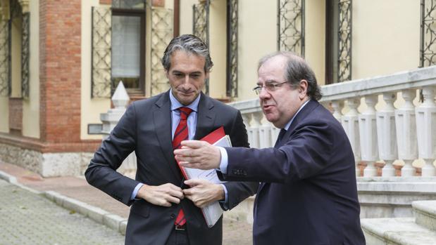El presidente de la Junta y el ministro de Fomento, Íñigo de la Serna, minutos antes de la reunión