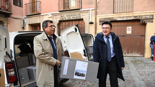 Javier Nicolás entrega la documentación a Teo García, concejal de Urbanismo
