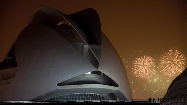 Imagen de la «Nit del Foc» tomada desde la Ciudad de las Artes y las Ciencias de Valencia