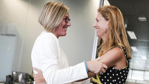 La alcaldesa (derecha), con la consellera de Vivienda de la Generalitat Valencianaa, María José Salvador