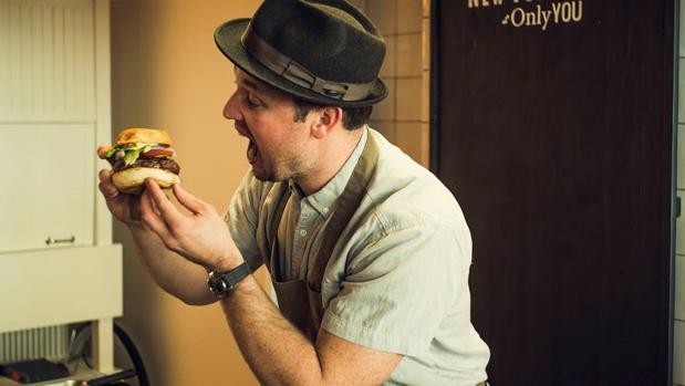 Bryce Schuman, chef de Betony, en las cocinas del hotel Only You de Atocha
