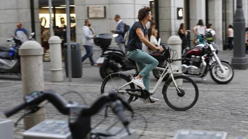 Un usuario de Bicimad por la Puerta del Sol