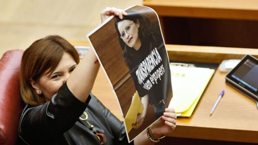 Isabel Bonig muestra una foto de Oltra con la camiseta
