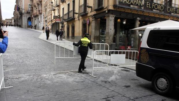 Un agente de movilidad retira las vallas de la calle para permitir el acceso de vehículos