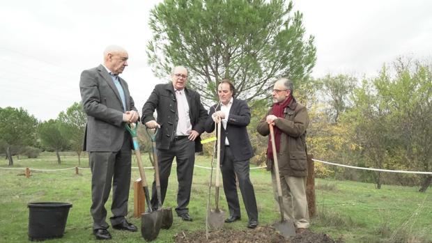 El consejero de Medio Ambiente, Jaime González Taboada (segundo por la derecha) plantando un ejemplar