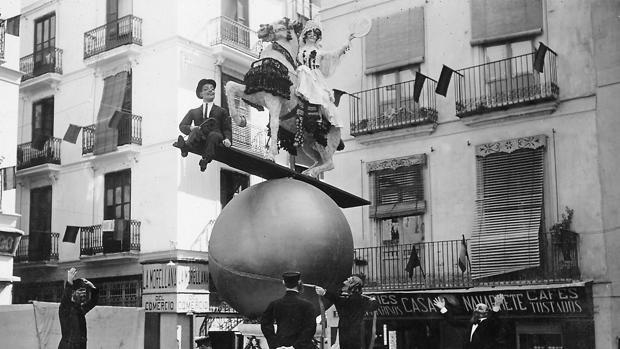 Valencia, marzo de 1917. Falla levantada en la plaza de Collado que logró el primer premio