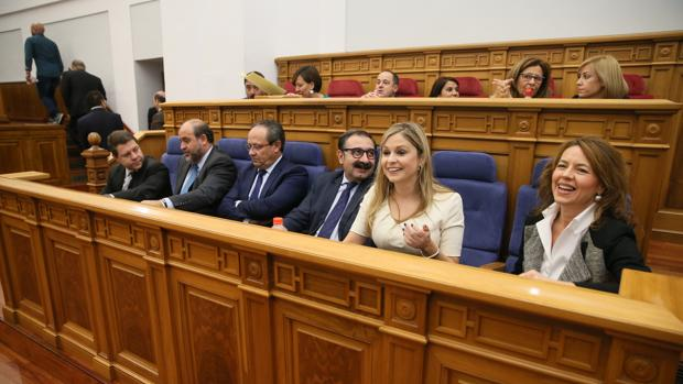 Emiliano García-Page con algunos de los consejeros de su Gobierno durante el Pleno de las Cortes