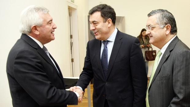 El conselleiro de Educación saluda al rector de la USC junto al presidente del Consello Social de Vigo