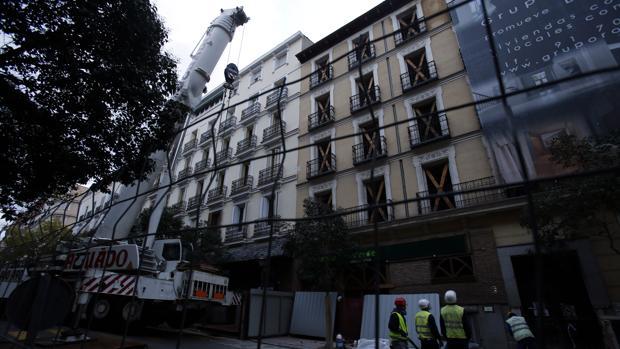 Desmontaje del edificio derribado en la calle de Lasgaca, 46