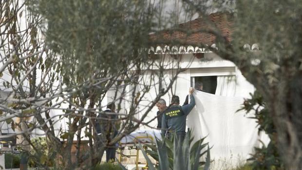 Investigadores de la Guardia Civil en un chalé de Jávea