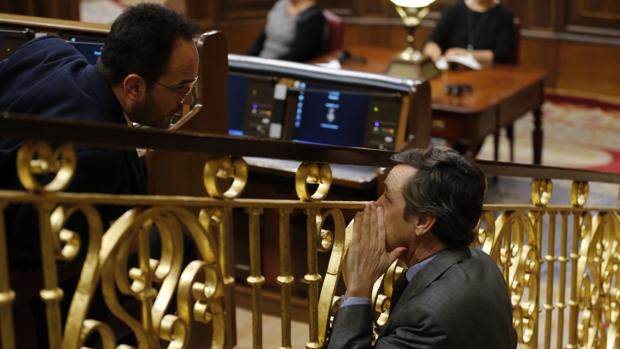 Antonio Hernando (PSOE) charla con Rafael Hernando (PP) en el Congreso