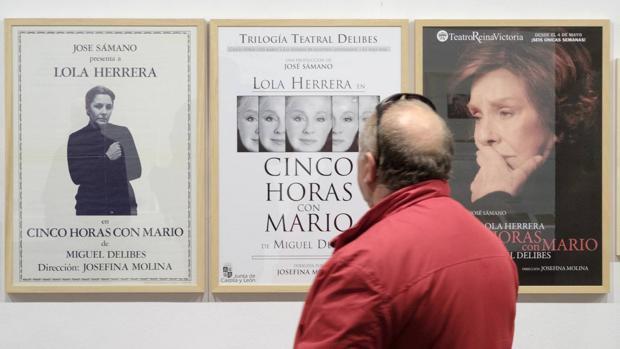 Un hombre admira tres de las obras de la exposición «Miguel Delibes. Cinco horas con Mario»