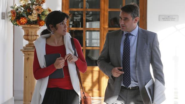 Teresa Rodríguez junto al parlamentario andaluz Juan Ignacio Moreno