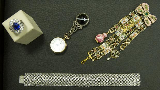 Varias joyas que saldrán esta tarde a subasta