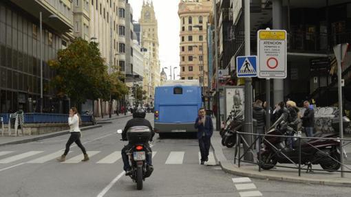 Una moto transita desde la plaza de Santo Domingo a Callao