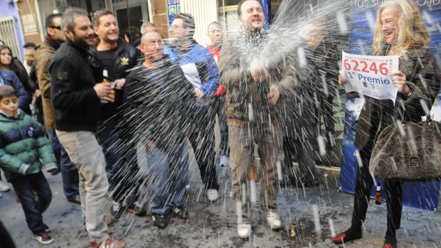 Los vecinos celebraron el Gordo en las puertas de la administración número dos de Quintanar de la Orden