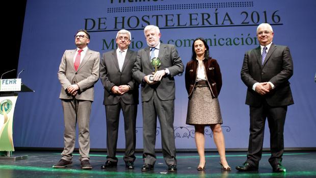 El periodista y crítico gastronómico de ABC, Carlos Maribona, recoge el premio en reconocimiento al diario
