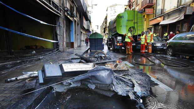 Restos de contenedores quemados intencionadamente en Zaragoza