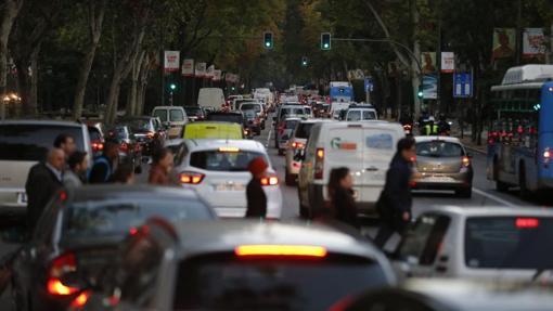Una fila de coches por el Paseo del Prado