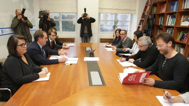 El conselleiro de Facenda y los representantes sindicales, ayer en Santiago