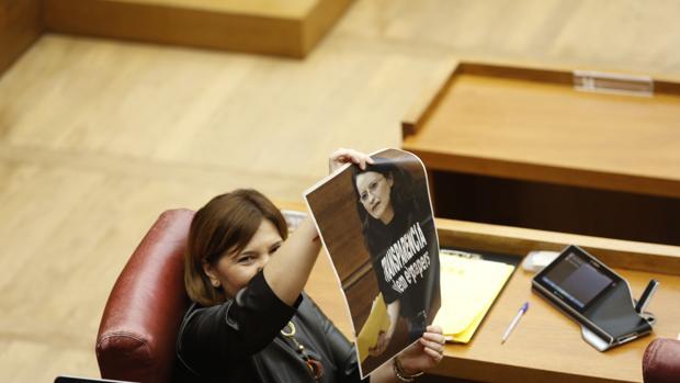 Isabel Bonig enseña una foto de Mónica Oltra en la sesión de control