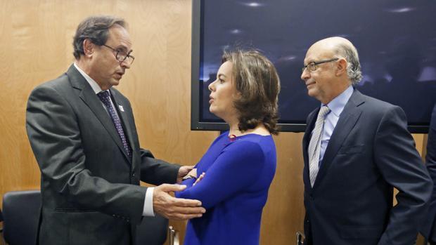 El conseller de Hacienda, Vicent Soler, junto a Soraya Sáenz de Santamaría y Cristóbal Montoro en el CPFF