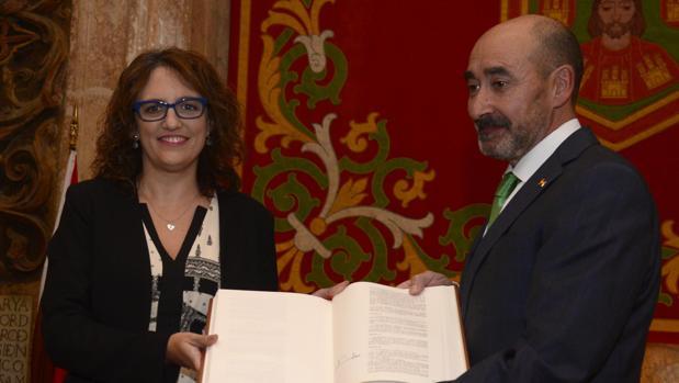 La presidenta de la APBU, Mar González, recogió de manos del subdelegado del Gobierno, José María Arribas el ejemplar de las Constituciones promulgadas en España