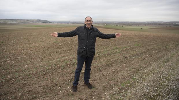 El alcalde de Torres de la Alameda, Carlos Sáez, en los terrenos donde se ubicará el complejo