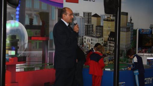 Imagen del director de Aqua durante la inauguración de la zona de juegos