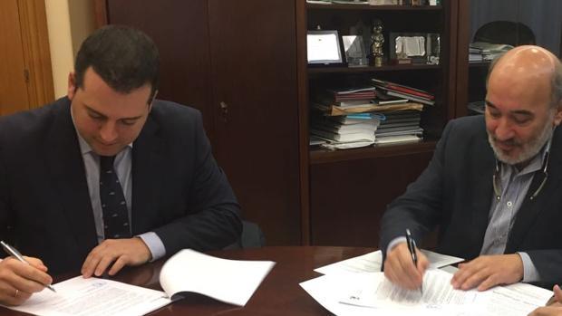 El alcalde bilbilitano y el responsable de la consultora Vectio, durante la firma del contrato