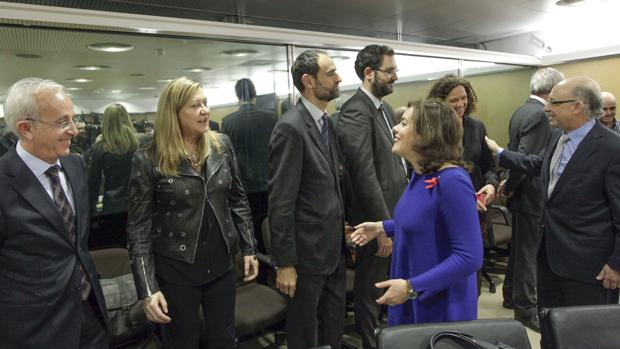 Sáenz de Santamaría saluda a Del Olmo minutos antes de comenzar el Consejo de Política Fiscal y Financiera