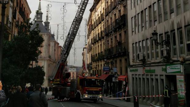Un camión de Bomberos, esta mañana, en la Calle Mayor de Madrid