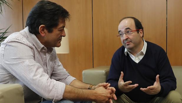El presidente de la gestora del PSOE, Javier Fernández (i), y el primer secretario del PSC, Miquel Iceta