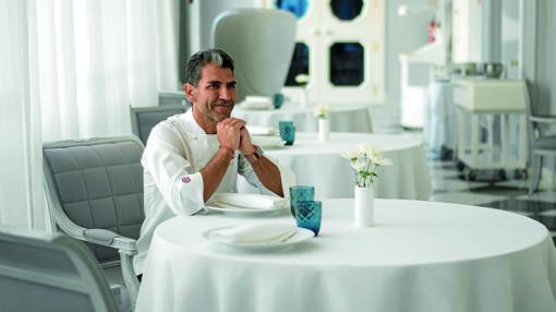 Paco Roncero, en una de las mesas de su restaurante en el Casino de Madrid