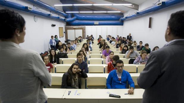 Alumnos de secundaria, a punto de comenzar un examen de Selectividad en Santiago