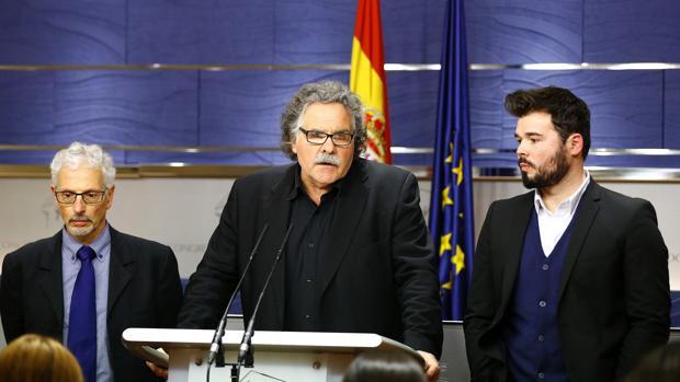 A la izquierda de Joan Tardá, el juez suspendido Santiago Vidal