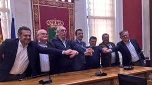 El consejero presidió la firma del acuerdo, junto a los regantes y representantes de la Junta en la provincia