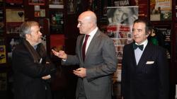 Jesús Julio Carnero conversa con el redactor y crítico de ABC, Julio Bravo, en presencia de Enrique Cornejo