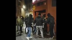 Momento del vídeo en el que se muestra la agresión