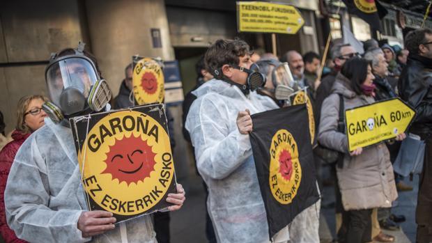 Protestas en Bilbao contra la apertura de la central de Garoña