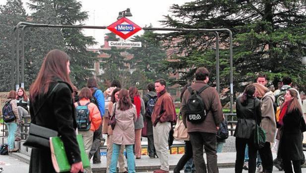 Alumnos, en la boca del Metro de la Complutense