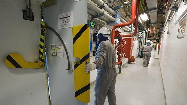 Trabajadores en el interior de la central cuando estaba operativa