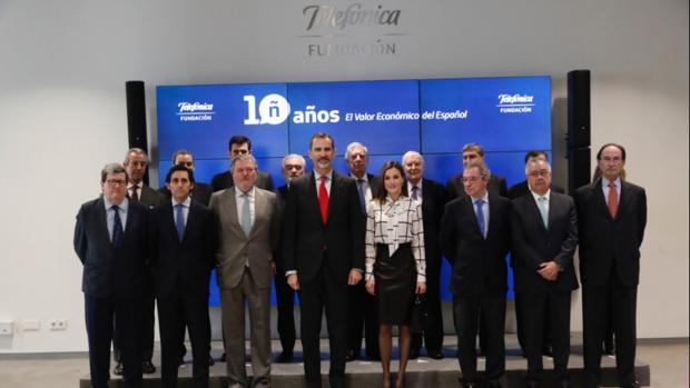 El Rey junto al ministro de Cultura, Méndez de Vigo y la Reina Letizia. Detrás, Varga Llosa