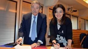Rafael Gómez Arribas, uno de los principales accionistas de CR Internacional, y la alcaldesa de Ciudad Real, Pilar Zamora, han firmado un convenio para la seguridad de la zona