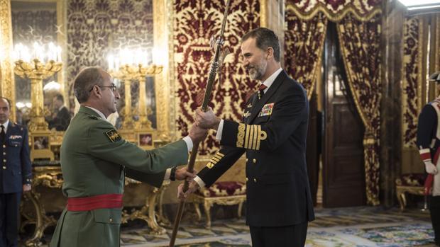 El Rey entrega una de las cinco alabardas este jueves a la Brigada «Rey Alfonso XIII» de la Legión en el Palacio Real