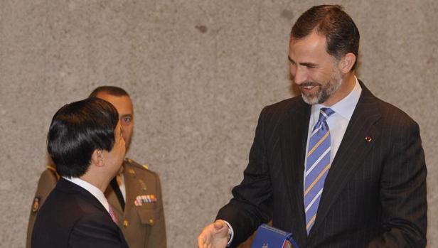 Felipe VI y Naruhito, se saludan en el comité bilateral de cooperación celebrado en 2013